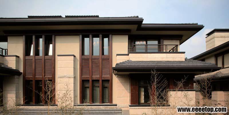 观唐中国别墅具有建筑语言及文化的包容性。在传统制式的建筑部分中,筒瓦、灰砖、山墙、红柱、木门窗等被完美呈现。同时,更借鉴了现代的建筑语言,富含丰富肌理变化灰色的拉毛涂料,在阳光下给予多种光影变化;多处使用的转角窗打破了规整的方盒子感,使得建筑轻巧而富于流动性。传统与现代的对话,缔造新中式建筑的中国别墅。
